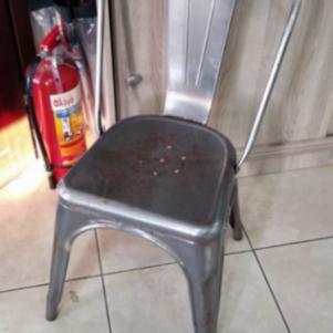 Καρέκλες, τραπέζια και σκαμπό