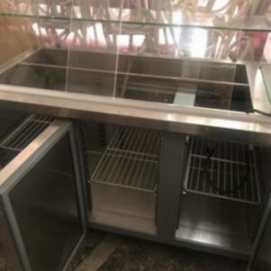 Ψυγείο βιτρίνα με 3 πόρτες.