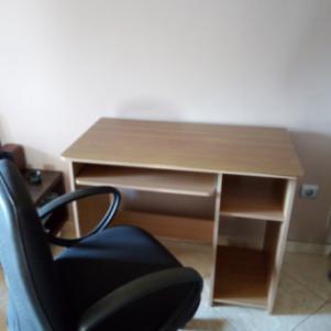Πωλείται γραφείο 20 ευρώ και καρέκλα γραφείου 30 ευρω