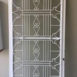 Πόρτα  σιδερένια και αλουμίνιο παράθυρο