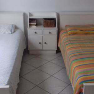 Δύο παιδικά κρεβάτια με ένα κομοδίνο