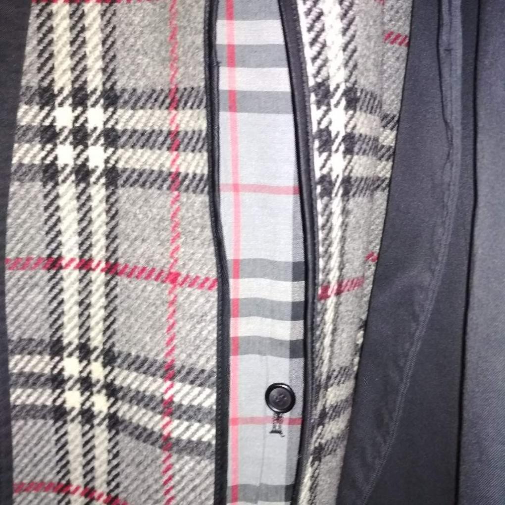 βγαίνει με ένα παλτό Burberry είναι κακό να τα φτιάξεις με κάποιον